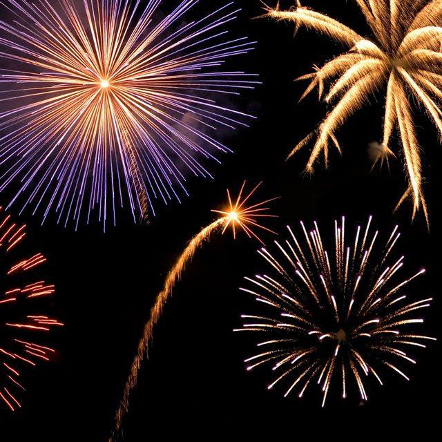 Revelion cu foc de artificii, şampanie şi muzică traditională, în Piaţa Civică