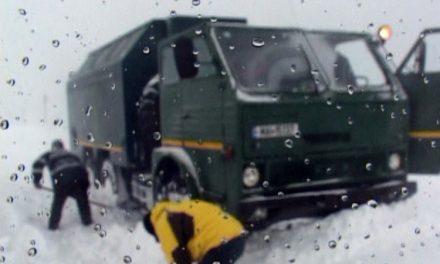 Armata a scos oamenii din nămeţi, drumarii şi-au făcut treaba cu viteza melcului