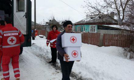 Crucea Roşie distribuie ajutoare cetăţenilor din judeţ afectaţi de ninsori şi viscol