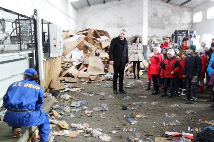 """Elevii Şcolii """"Grigore Antipa"""", în vizită la staţia de sortare deşeuri"""