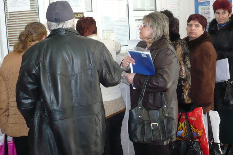Demnitarii vor să-i trimită pe bunici cu hârţoagele de pensionare pe capul funcţionarilor