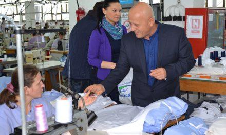 Preşedintele Consiliului Judeţean Tulcea a oferit mărţişoare angajatelor Confecţia S.A. şi Gelco