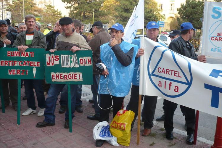 Sindicaliştii de la Alum Tulcea, protest în faţa Curţii Constituţionale