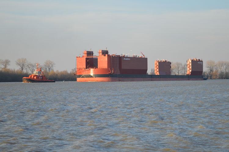 Un doc plutitor cât un stadion a ajuns în portul VARD