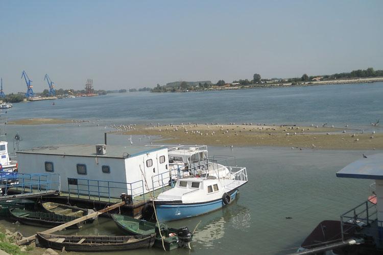 Navale de transport riscă să rămână înnămolite în Portul Tulcea
