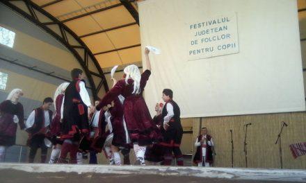 """Ansamblul """"Doruleţul"""", câştigătorul Festivalului Judeţean de Folclor pentru Copii"""