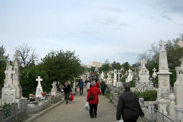 Îmbulzeală de Paştele Blajinilor în cimitirul din Tulcea