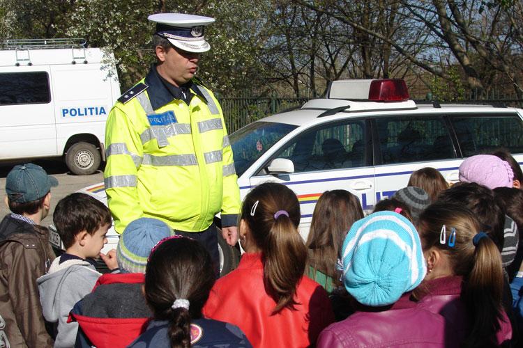 """Micuţii de la Şcoala generală """"Elena Doamna"""" i-au vizitat pe poliţiştii de la Rutieră"""