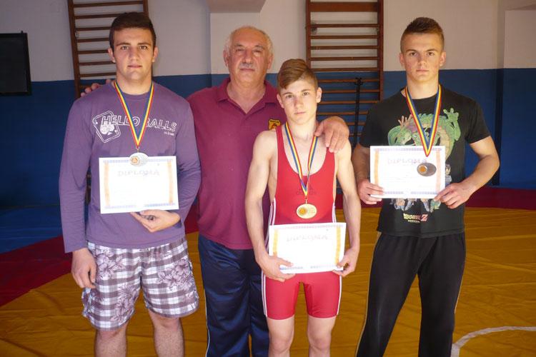 Aur, argint şi bronz la Campionatul Naţional Şcolar la lupte