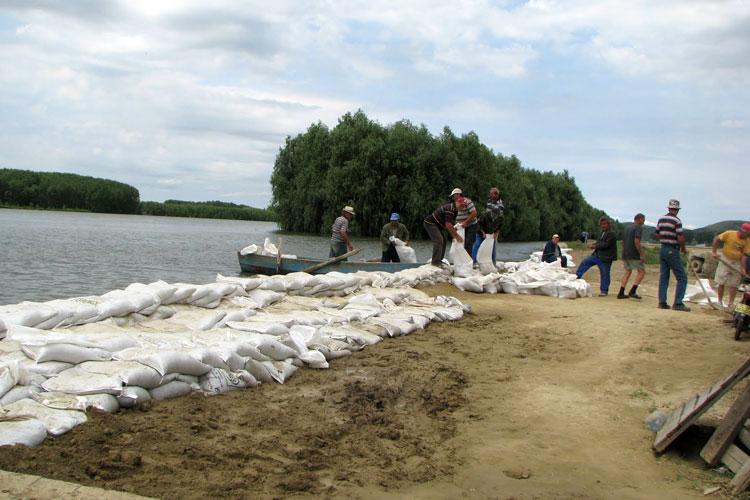 Dunărea a spart digul şosea Măcin – Smârdan!