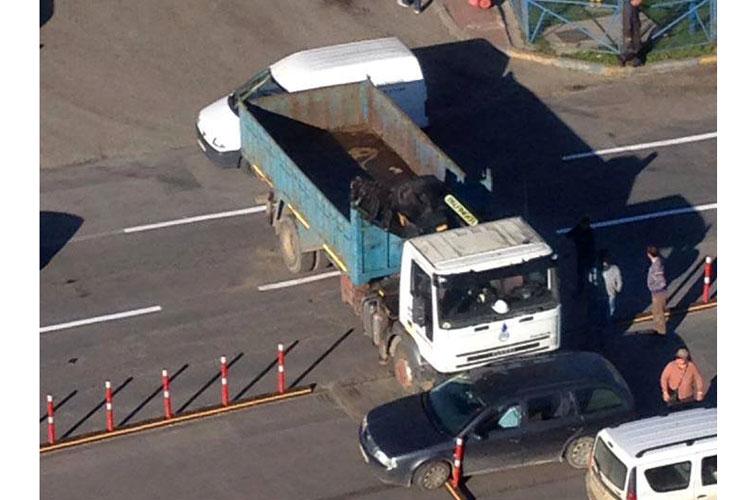 Şoferul a uitat să tragă frâna, camionul a luat-o la vale