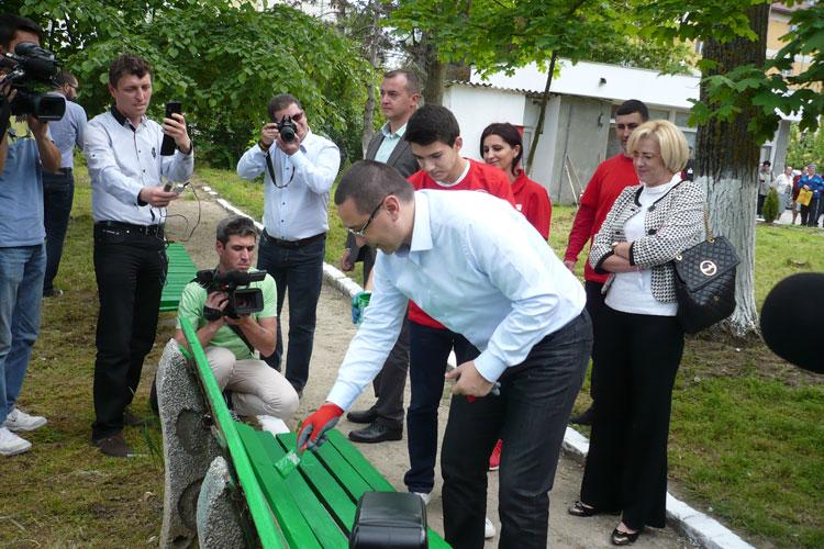 Victor Ponta a vopsit o bancă şi a plantat un copacîn curtea Spitalului Judeţean
