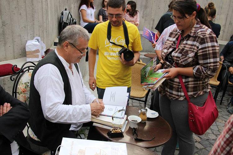 Dinescu a dat autografe, Bacalbaşa vrea să oprească dricul la Tulcea!