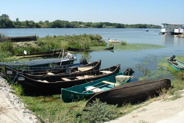 Pescarii din deltă ar putea scăpa de birocraţie la licenţierea bărcilor