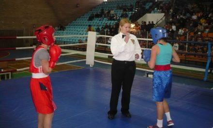 Ploaia a încurcat planurile organizatorilor:fetele boxează la Polivalentă