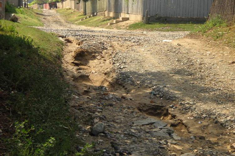 Străzi din cinci localităţi, distruse de ploile torenţiale