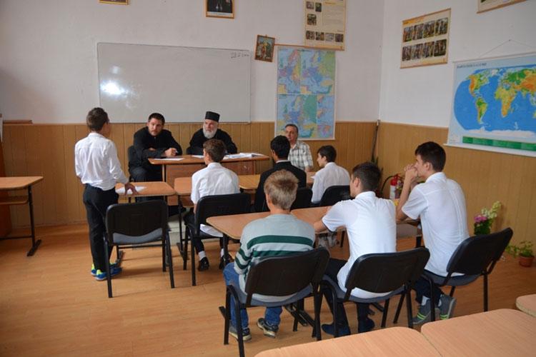 Tinerii tulceni nu se mai bat pe un loc la şcoala de preoţie
