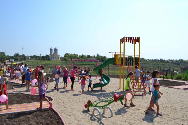 Două locuri de joacă moderne, inaugurate în comuna Valea Nucarilor