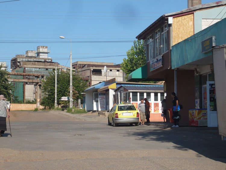 """Taximetrişti """"fără cei şapte ani de acasă"""" ocupă abuziv staţia de autobuz"""