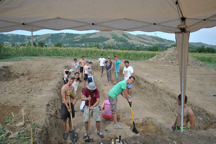 Tineri cercetaşi belgieni, pe şantierul casei romane  de la Niculiţel