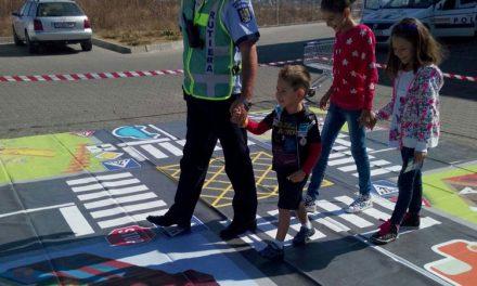 """Poliţiştii le-au dat copiilor tulceni """"Verde la educaţie pentru circulaţie"""""""