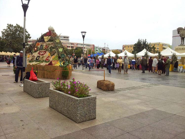 Târgul de toamnă din Piaţa Civică, plin de culoare şi savoare