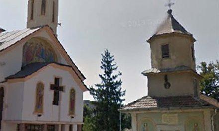 Bradul din curtea bisericii Sf. Treime, primul pom de Crăciun din oraş iluminat festiv