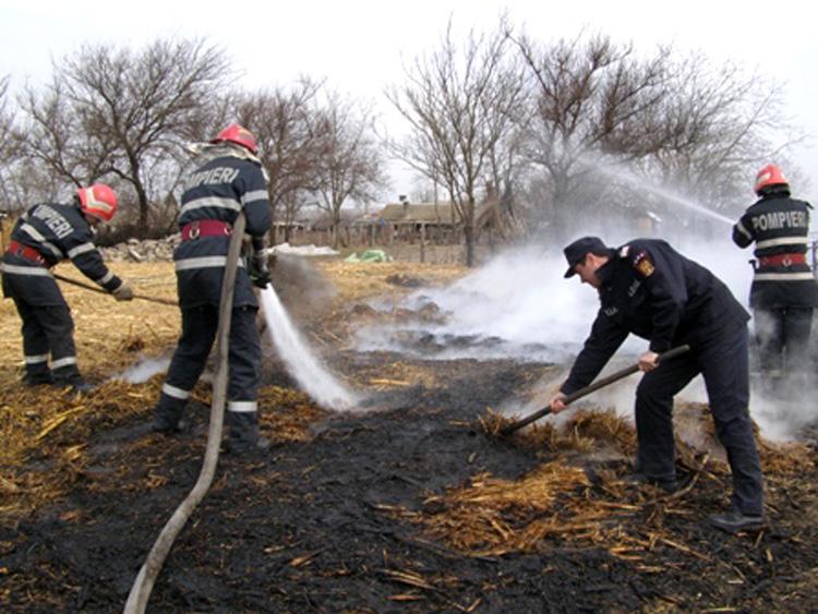 Pompierii tulceni, chemaţi să stingă 187 de incendii la mirişti şi vegetaţie uscată
