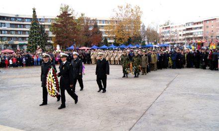 Slujbă religioasă, depuneri de coroane şi un spectacol folcloric, cu ocazia Zilei Naţionale a României