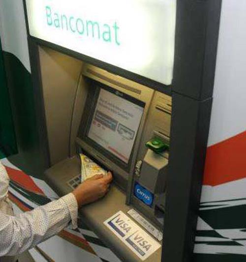 Nimeni nu a revendicat banii găsiţi de o doamnă în bancomatul de la Piaţa Veche