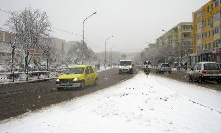 """Zăpada şi gheaţa, """"topite"""" cu peste 100 tone de materiale antiderapante"""