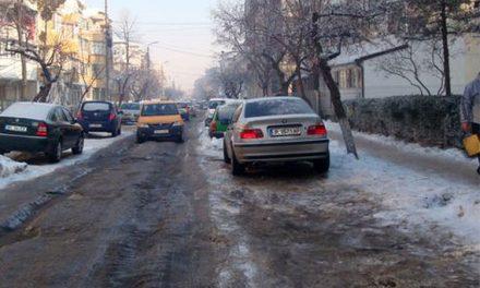 Şoferii, foc şi pară pe autorităţi din cauza stratului gros de gheaţă de pe şosele