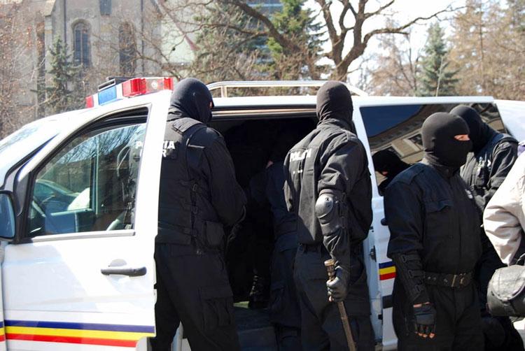 Raid al ofiţerilor DIICOT în zona Isaccea, la traficanţii de etnobotanice contrafăcute cu otravă