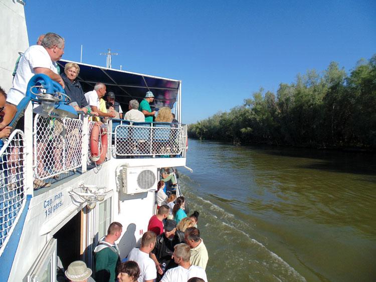 """Peste jumătate din turiştii care ajung anual în deltă intră """"pe blat"""" în Rezervaţie"""
