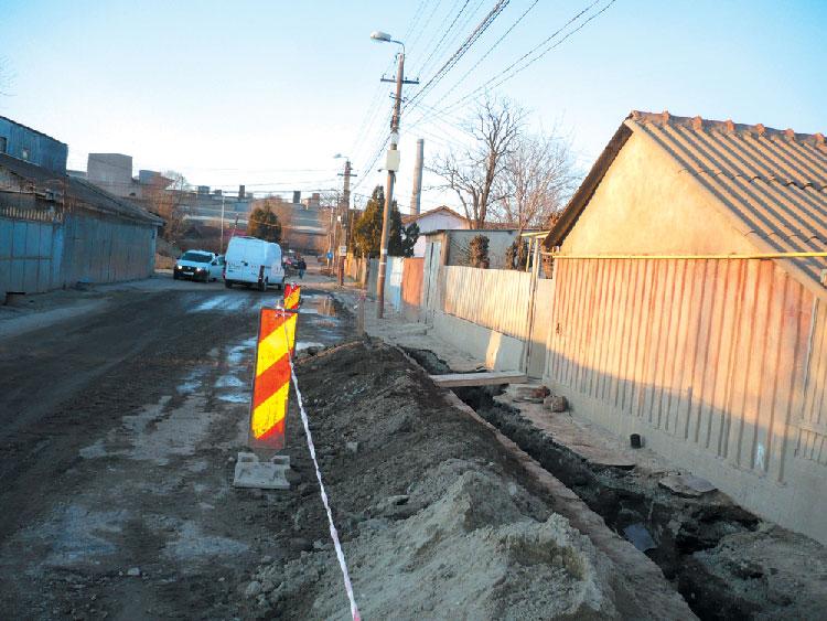 Lucrările de branşare la reţeaua apă-canal provoacă nemulţumirea cetăţenilor de pe strada Taberei