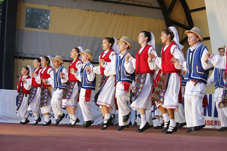 """Ansamblul """"Doruleţul"""" reprezintă România la Festivalul Internaţional deFolclor de la Sofia"""