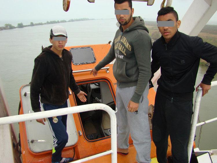 Trei cetăţeni marocani, ascunşi pe o navă, descoperiţi în Portul Sulina