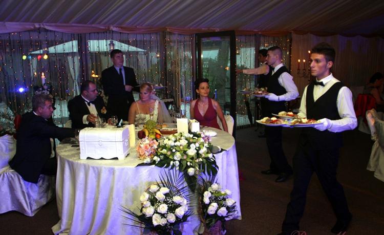 Adio, chef cu banu' jos: mirii, de mână cu banca la salonul de nunţi!