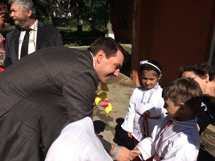 Oaspete regal în inima deltei: Principele Nicolae a donat cărţi copiilor din Maliuc