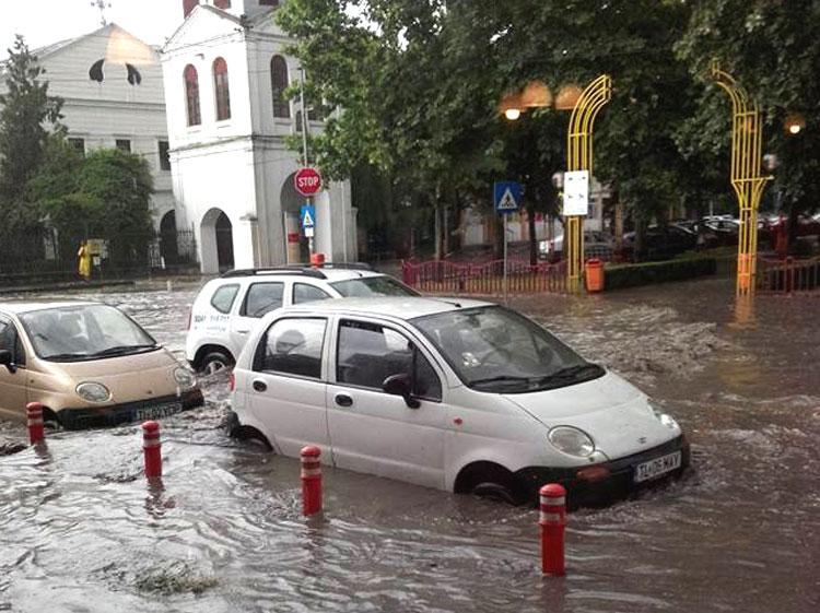 Aviz consilierilor locali: oraşul are nevoie urgentă demodernizarea sistemului de canalizare pluvială!