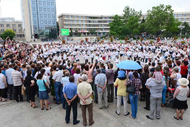 Poftiţi la dans!  Flashmob popular în Piaţa Civică, de Ziua Universală a iei