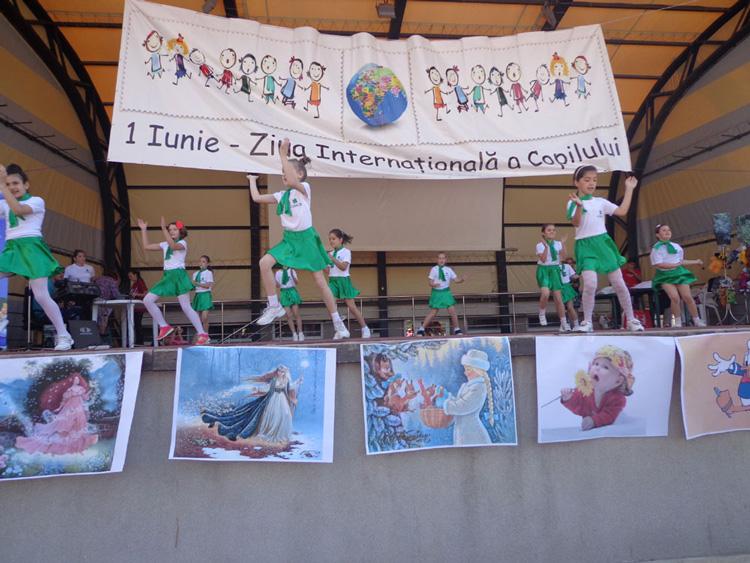 Piaţa Civică, invadată de sute de prichindei tulceni cu ocazia Zilei Copilului
