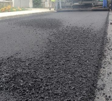 Drumul dintre Kogălniceanu şi Lăstuni, asfaltat a doua oară într-un an pentru a putea suporta traficul greu
