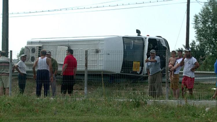 Microbuz cu călători, răsturnat într-un canal de apă din cauza inconştienţei unui şofer