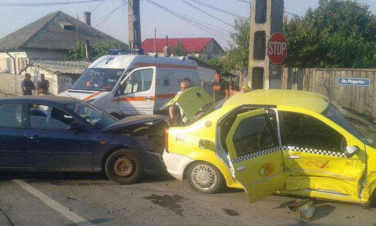 """Încă un accident la intersecţia Plugarilor – Primăverii Taxi """"proiectat"""" într-un gard după ce şoferul nu a oprit la """"Stop"""""""