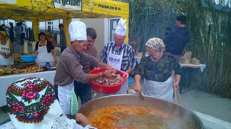 Borş uriaş de peşte, preparat la Mahmudia, într-un ceaun de 400 litri!