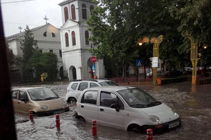 """Cinci milioane de euro şi doi ani de lucrări pentru ca municipiul să nu se mai transforme într-o """"Venezie"""" la fiecare ploaie"""