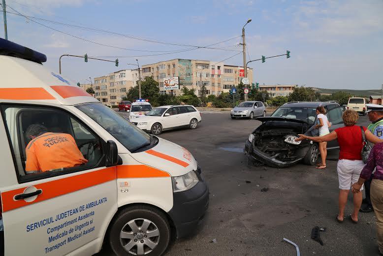 """Un neamţ a intrat """"pe roşu"""" în intersecţia de la Peco şi a spulberat o maşină care circula regulamentar"""