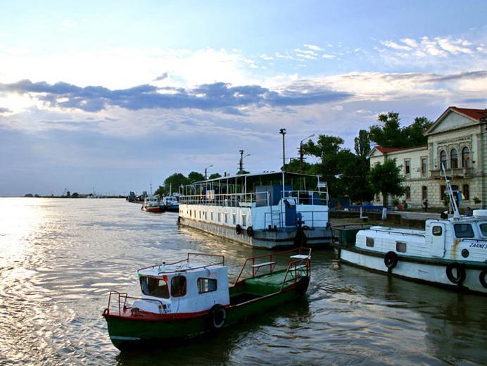 Ambarcaţiuni cu refugiaţi ar putea ajunge în portul Sulina