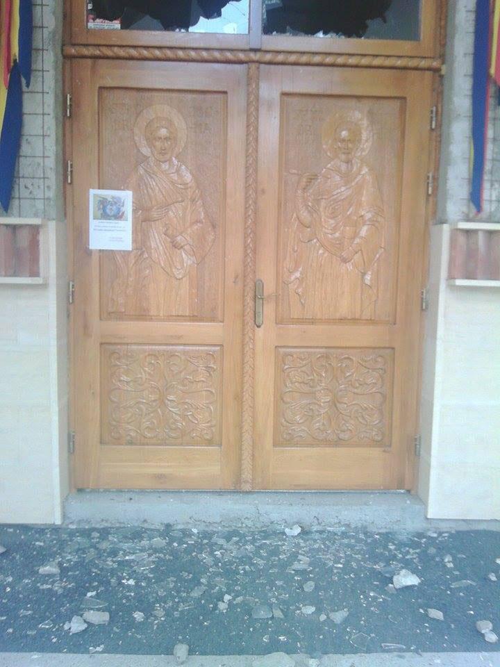 Distracţie la finalul unei nunţi de romi: biserică vandalizată cu pietre